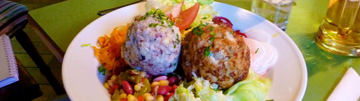 Knödel mit Salat/Kraut