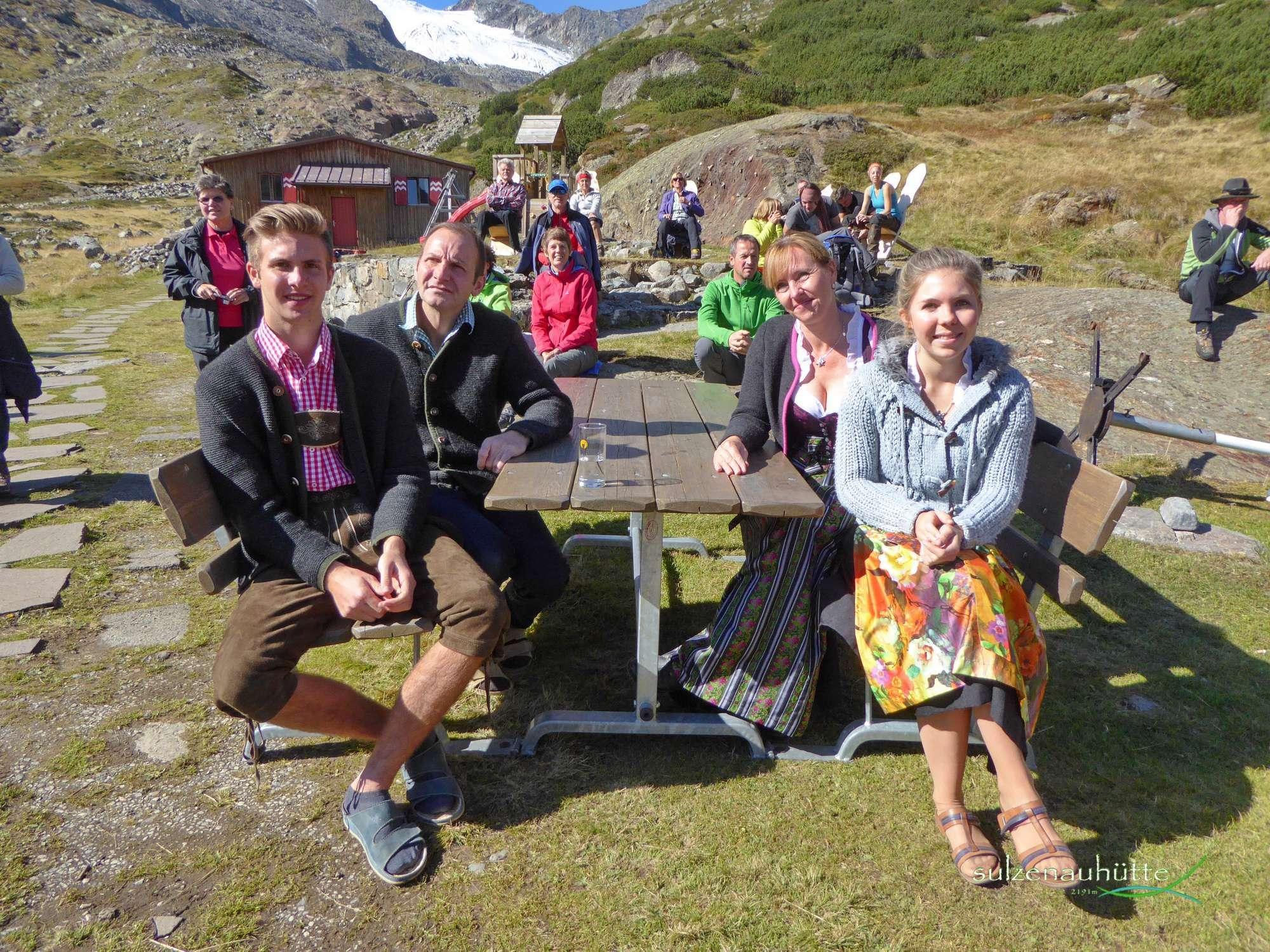 Pächterfamilie Gleirscher, vorne Tamara und Simon, dahinter Susanne und Sigmar